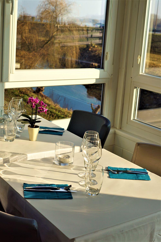 table avec vue sur le rhin